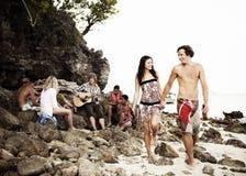 Groep vrienden die een Strandpartij hebben stock foto's