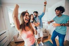 Groep vrienden die karaoke thuis spelen royalty-vrije stock afbeeldingen