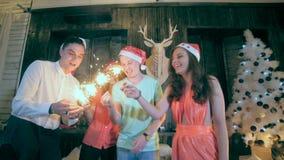 Groep vrienden die Kerstmis, Nieuwjaar vieren stock footage