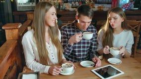 Groep vrienden die koffie drinken en in koffie spreken stock footage