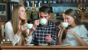 Groep vrienden die koffie drinken en in koffie spreken stock videobeelden