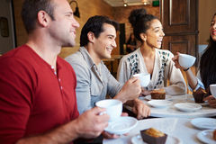 Groep Vrienden die in Koffierestaurant samenkomen Stock Foto