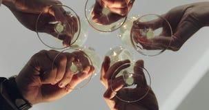 Groep vrienden die met champagne roosteren stock videobeelden