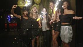 Groep vrienden die nieuwe jarenvooravond vieren bij de nachtclub stock video