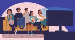Groep vrienden die op bank of laag in duisternis en het letten op enge film zitten Jonge meisjes en jongens met doen schrikken ge vector illustratie