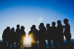 Groep vrienden die op de zonsopgang letten royalty-vrije stock foto