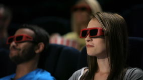 Groep vrienden die op film letten stock footage
