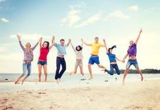 Groep vrienden die op het strand springen Royalty-vrije Stock Fotografie