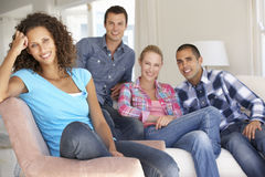 Groep Vrienden die op Sofa At Home Together ontspannen Stock Foto
