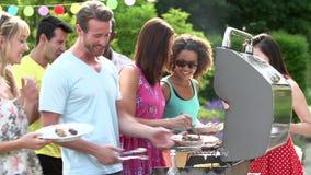 Groep Vrienden die Openluchtbarbecue hebben thuis stock video