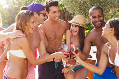 Groep Vrienden die Partij hebben door Zwembad Stock Afbeelding