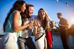 Groep vrienden die pret hebben en groep het verzamelen vieren zich royalty-vrije stock foto's