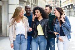 Groep Vrienden die Pret hebben samen in openlucht royalty-vrije stock fotografie
