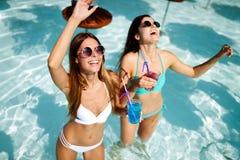 Groep vrienden die pret op de zomervakantie hebben Levensstijl, vriendschap, reis en vakantieconcept stock fotografie