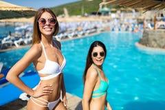 Groep vrienden die pret op de zomervakantie hebben Levensstijl, vriendschap, reis en vakantieconcept royalty-vrije stock foto's
