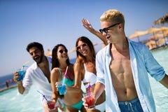 Groep vrienden die pret op de zomervakantie hebben Levensstijl, vriendschap, reis en vakantieconcept stock afbeelding