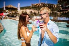 Groep vrienden die pret op de zomervakantie hebben Levensstijl, vriendschap, reis en vakantieconcept royalty-vrije stock afbeelding