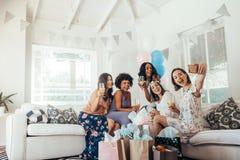 Groep vrienden die selfie in de partij van de babydouche maken stock afbeelding