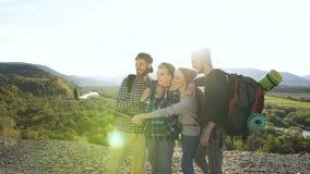 Groep vrienden die selfie op de bergachtergrond maken stock videobeelden