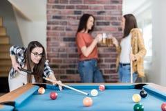 Groep vrienden die snooker van spel genieten en bier drinken royalty-vrije stock afbeelding
