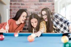 Groep vrienden die snooker van spel genieten royalty-vrije stock afbeeldingen