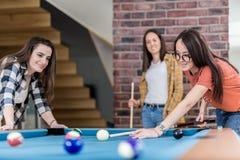 Groep vrienden die snooker van spel genieten stock afbeeldingen