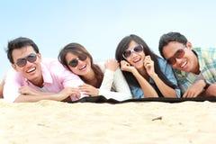 Groep Vrienden die Strand van Vakantie genieten Stock Foto