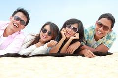 Groep Vrienden die Strand van Vakantie genieten Royalty-vrije Stock Foto