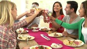 Groep Vrienden die Toost maken rond Lijst bij Dinerpartij stock footage