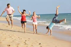 Groep Vrienden die van de Vakantie van het Strand in The Sun genieten Stock Foto