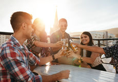 Groep vrienden die van partij met dranken genieten royalty-vrije stock fotografie