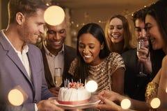 Groep Vrienden die Verjaardag met Partij thuis vieren royalty-vrije stock afbeelding