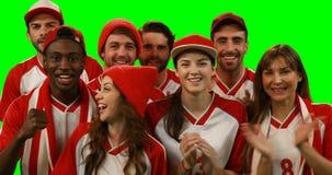 Groep vrienden die voetbal op spel letten stock video