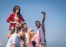 Groep vrienden die zelfportret nemen Stock Foto