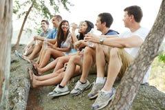 Groep vrienden drinkwater op een stijging Stock Fotografie