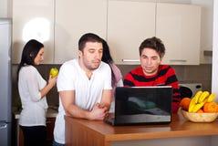 Groep vrienden in een keuken Stock Foto's