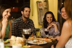 Groep vrienden in een restaurant Stock Foto's