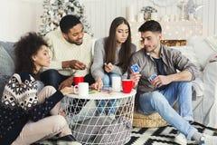 Groep vrienden het ontspannen en speelkaarten samen royalty-vrije stock fotografie