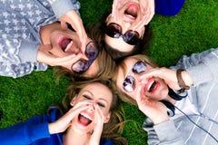 Groep vrienden het schreeuwen Stock Afbeelding