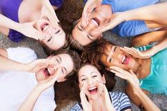 Groep vrienden het schreeuwen Stock Foto's