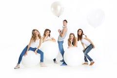 Groep vrienden met grote witte ballons Stock Afbeeldingen