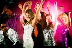 Groep vrienden in nachtclub stock afbeeldingen