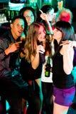 Groep vrienden in nachtclub stock foto