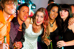 Groep vrienden in nachtclub royalty-vrije stock foto