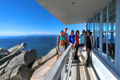 Groep vrienden op alpien hutdek royalty-vrije stock afbeeldingen