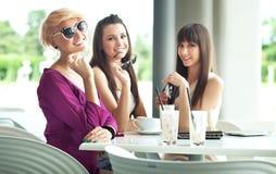 Groep vrienden op de zomerdag Stock Foto