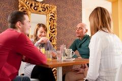 Groep vrienden op middagkoffie royalty-vrije stock afbeelding