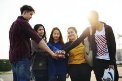 Groep vriendenhanden gestapeld samen steun en groepswerkconcept royalty-vrije stock foto