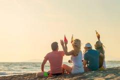 Groep vriendenspel op het strand royalty-vrije stock afbeelding
