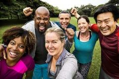 Groep vrolijke diverse vrienden in het park stock foto's